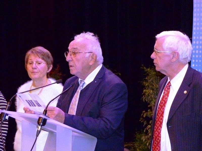 Henri Dusseau, entre Brigitte et Dominique Lamouller, fait partager son émotion aux représentants des structures fédérales présents à l'Assemblée générale.