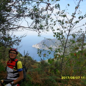 V9 Val di Vara, au loin Monterosso (© Michel Aussert)